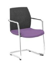 Cadeira Arena, costa média em rede, assento com estofo, estrutura de patim cromada com braços BAR.400