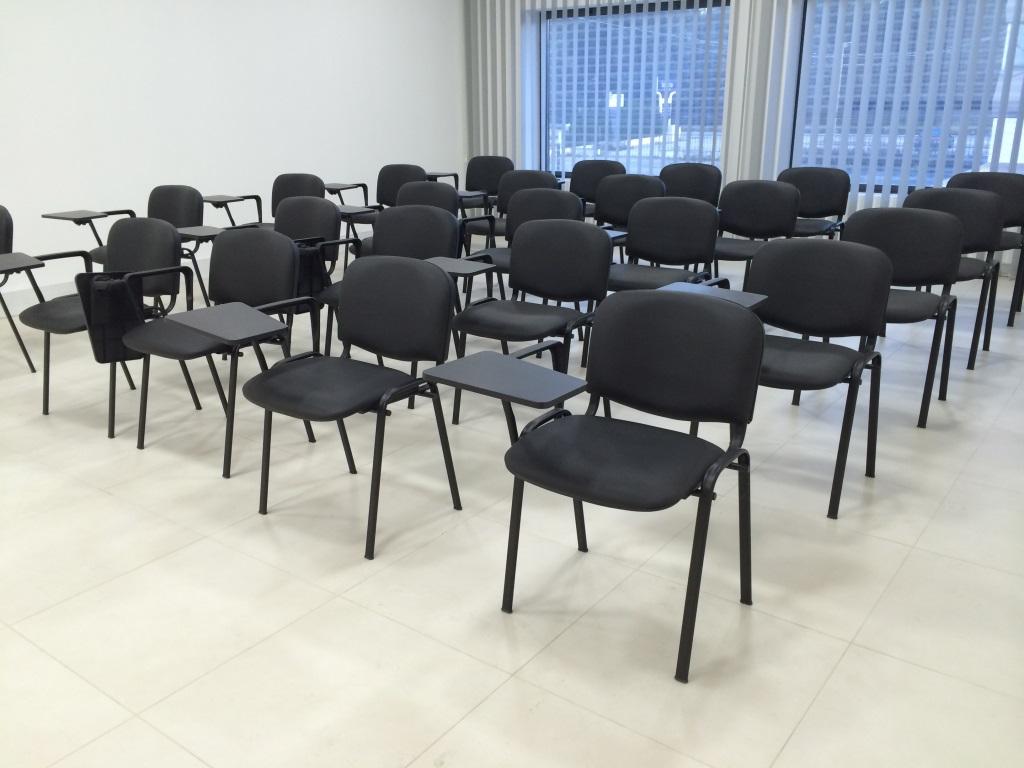 Sala formação cadeira com palamtória.